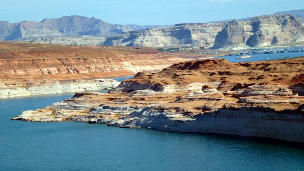 Rieka Colorado roztáča turbíny v priehrade Glen Canyon.