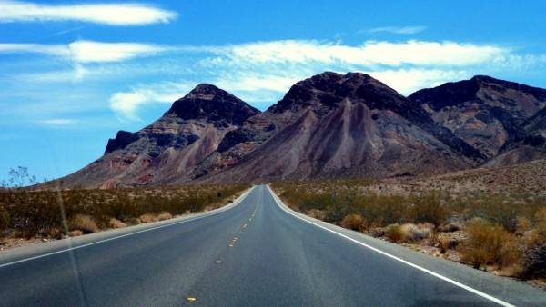 Dlhé, rovné cesty a kde-tu trčí z piesku mega skala. Tak vy