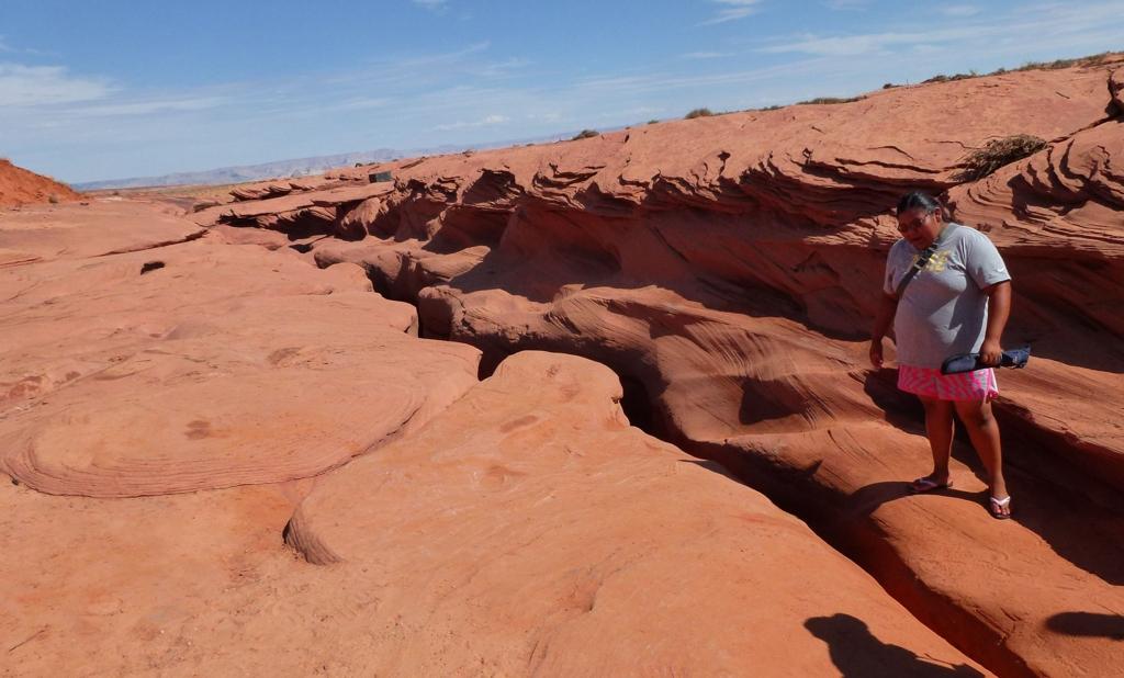 Naša Navajo sprievodkyňa by sa mala zmestiť do tej prakliny v zemi. Impossible.