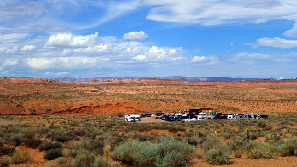 Tam niekde za parkoviskom by mal byť Lower Antelope Canyon.