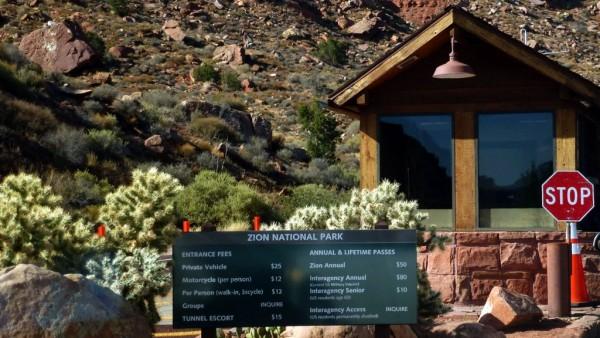 Vitajte v národnom parku Zion. Ak nechcete v každom NP platiť takéto peňáze, tak si zadovážte za 80 USD NP Annual Pass a už viac nikde platiť nemusíte.